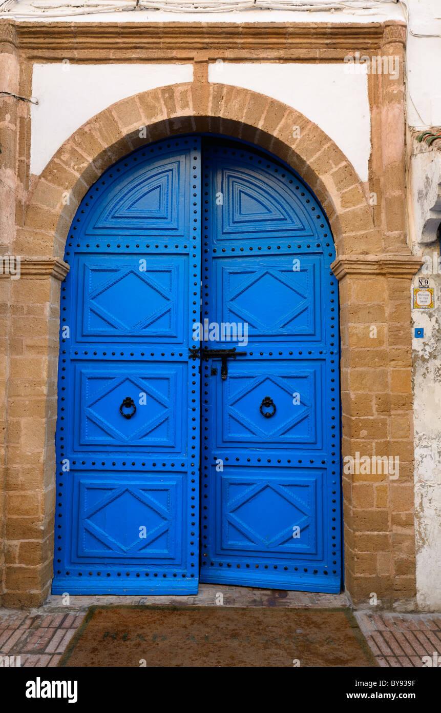 Nuovo dipinto di blu porta con muratura in pietra al riad al madina in essaouira marocco Immagini Stock