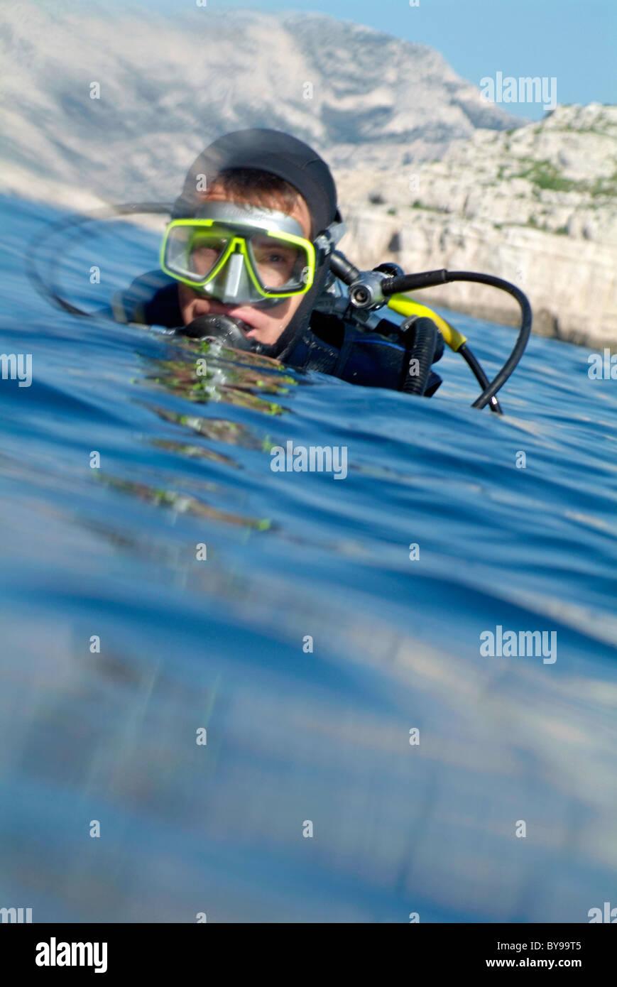 Un subacqueo riaffiora nel Mare Mediterraneo dopo le immersioni vicino a Ile de Riou, Marsiglia, Francia. Foto Stock