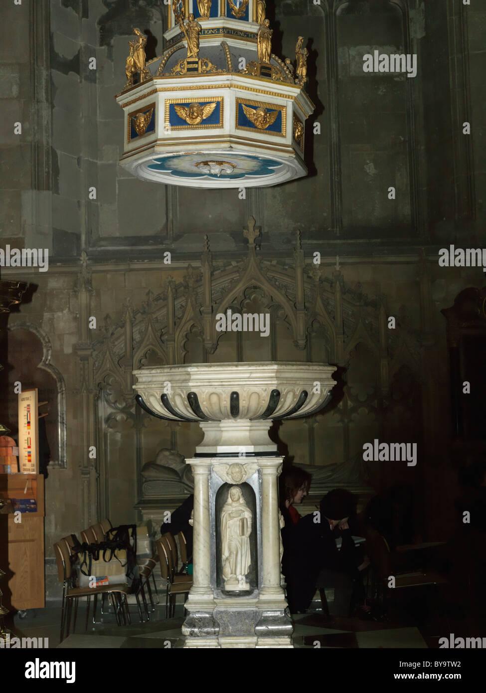 Canterbury Kent England Canterbury Cathedral Font e coperchio in West End della navata centrale Immagini Stock