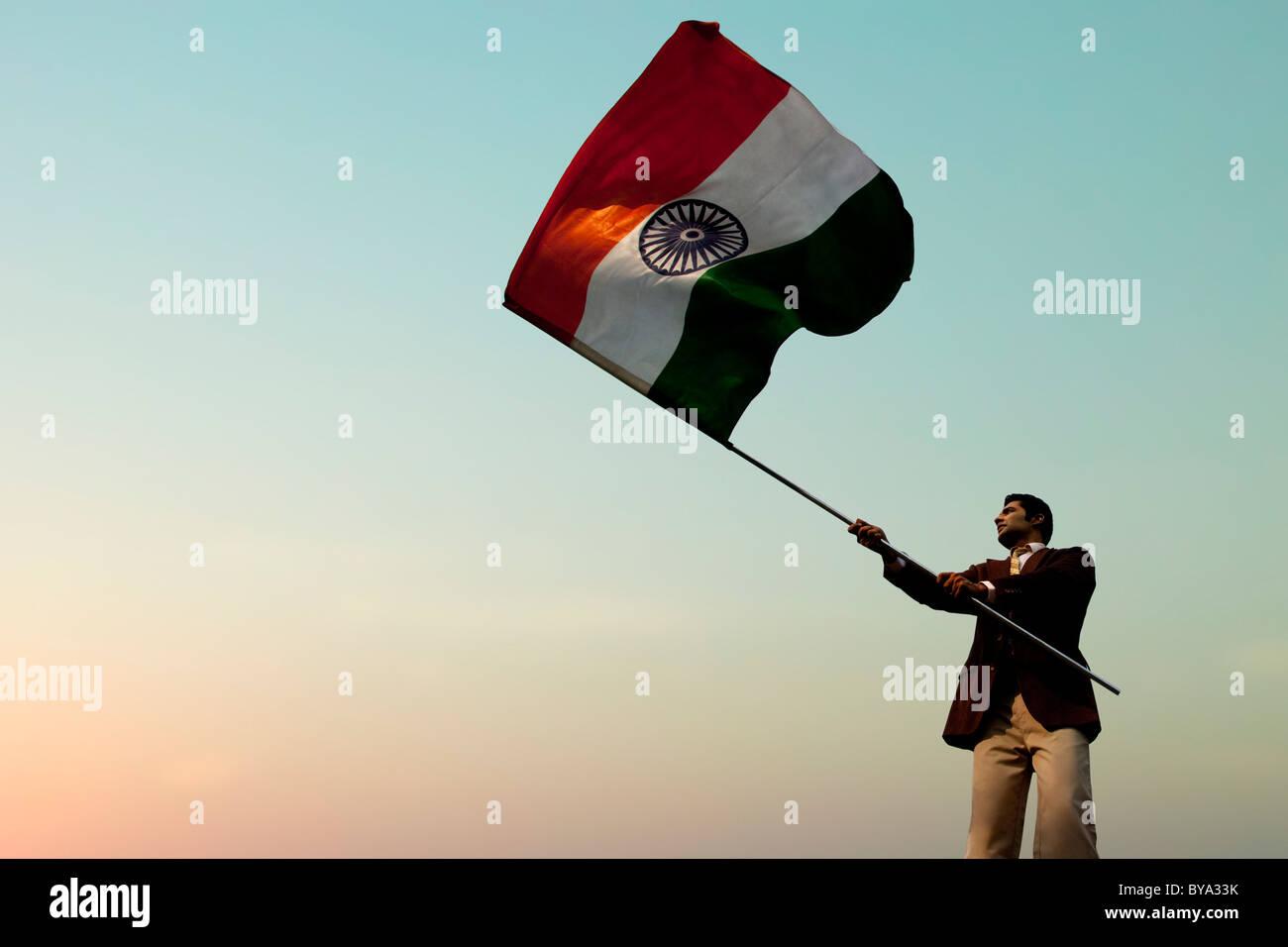 Imprenditore tenendo la bandiera indiana Immagini Stock