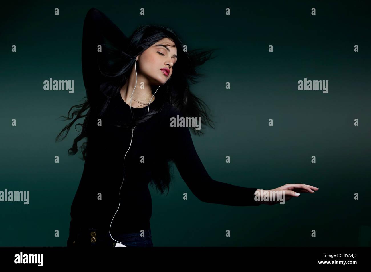 Ragazza ascolto di musica Foto Stock