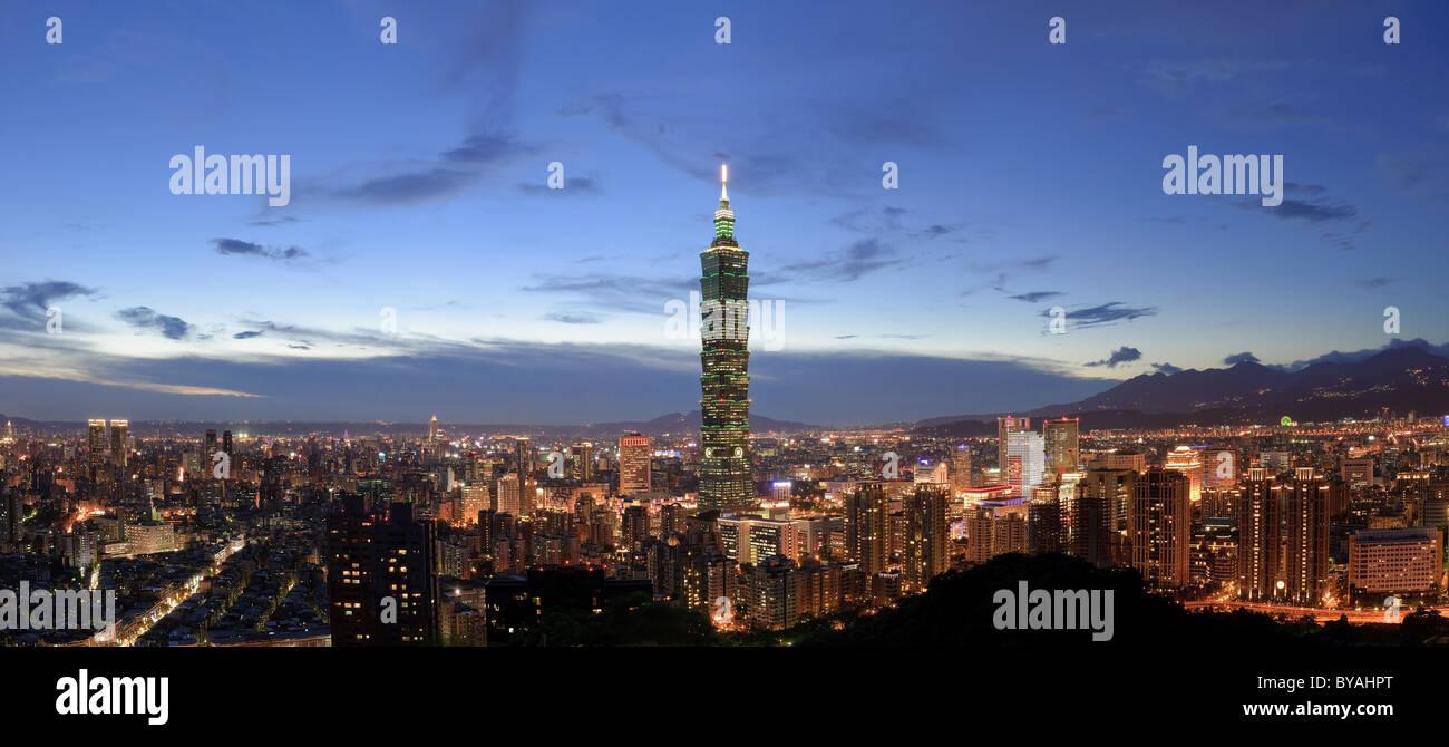 Vista panoramica sullo skyline della città nella notte con la famosa 101 grattacielo ed edifici in Taipei, Immagini Stock