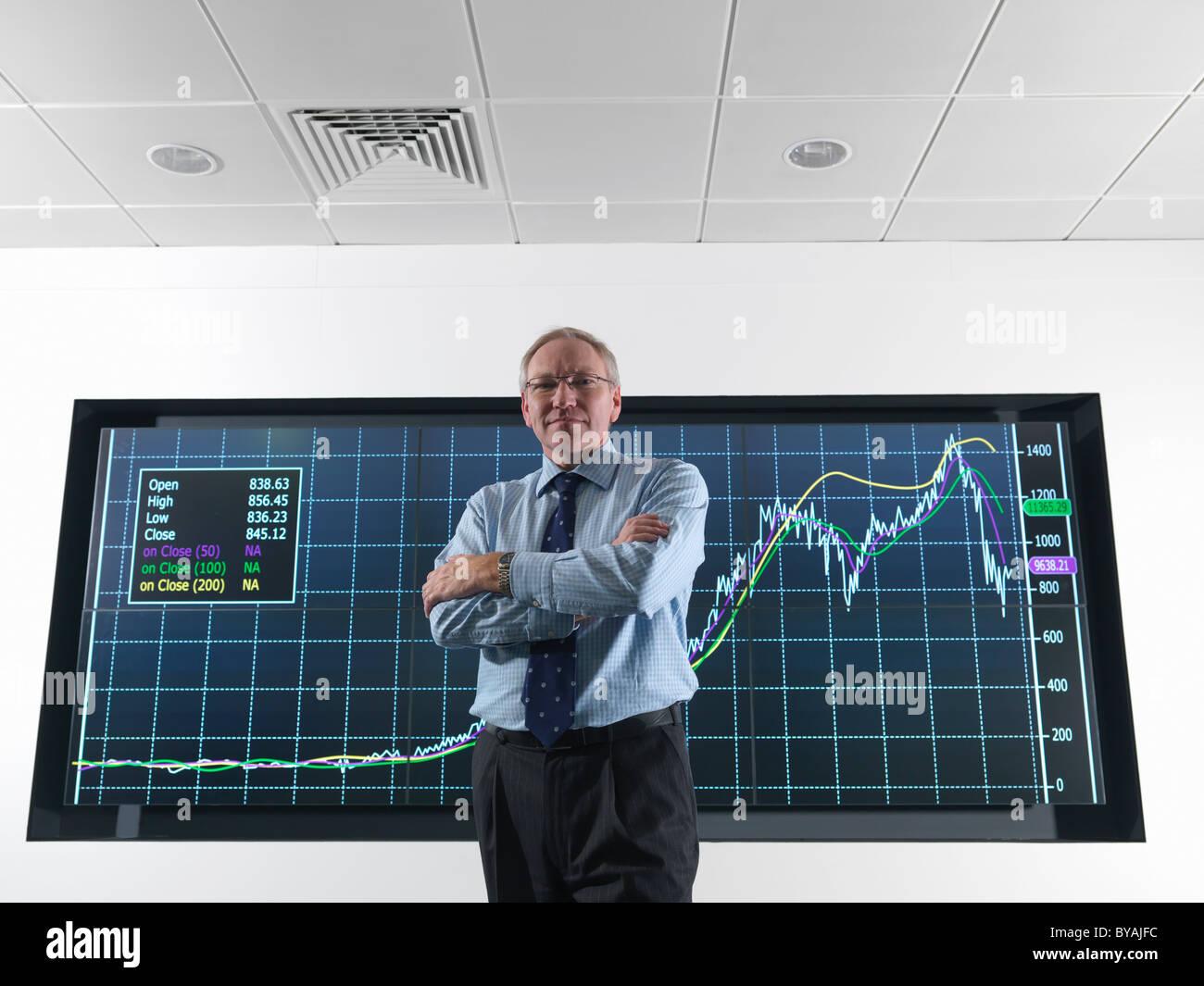 Il direttore della società nella parte anteriore dello schermo Immagini Stock