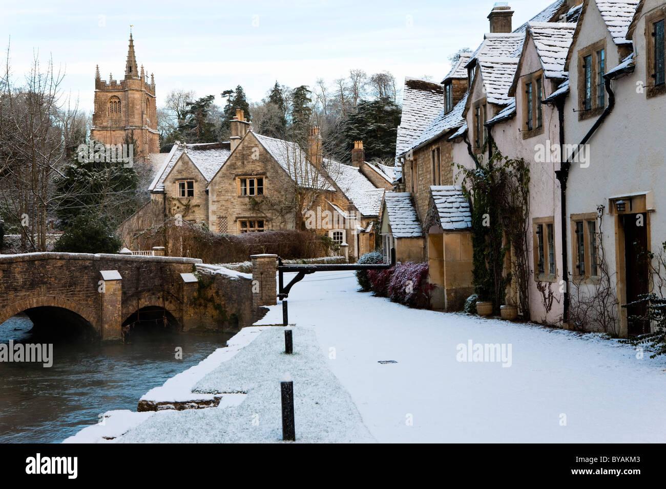 Castle Combe nella neve, Cotswolds, Wiltshire Immagini Stock