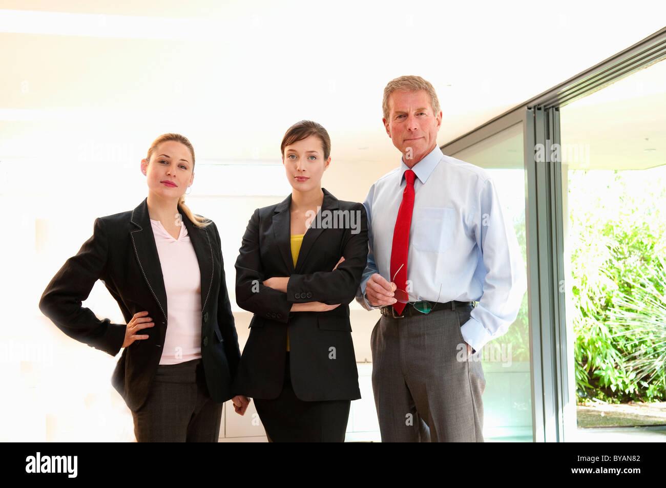 Fiducioso il trio di business in ufficio di luce Immagini Stock