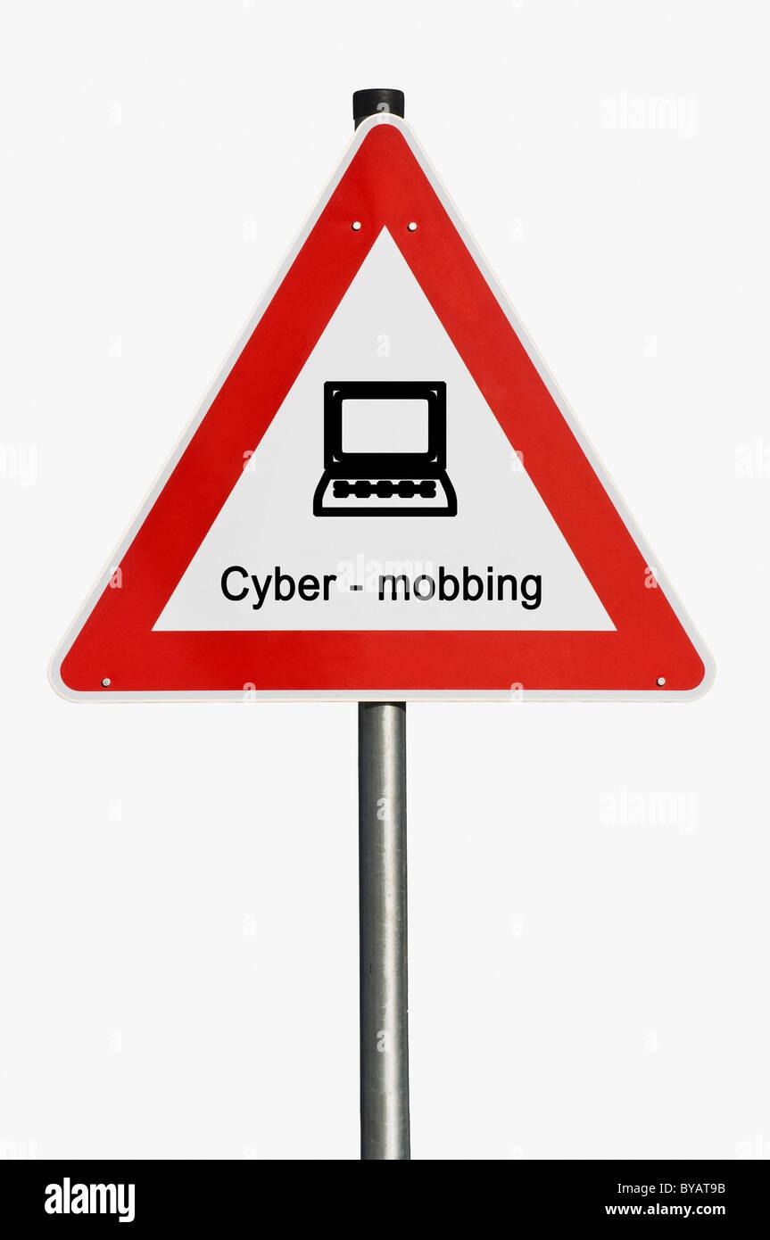 Segnaletica di pericolo con un computer portatile, computer, cyber-bullismo Immagini Stock