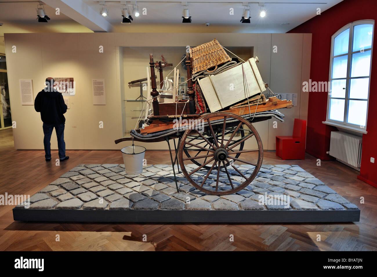Mano una carrozza con mobili dal 1910, Typisch Muenchen mostra, Munich City Museum Stadtmuseum, Monaco di Baviera Immagini Stock