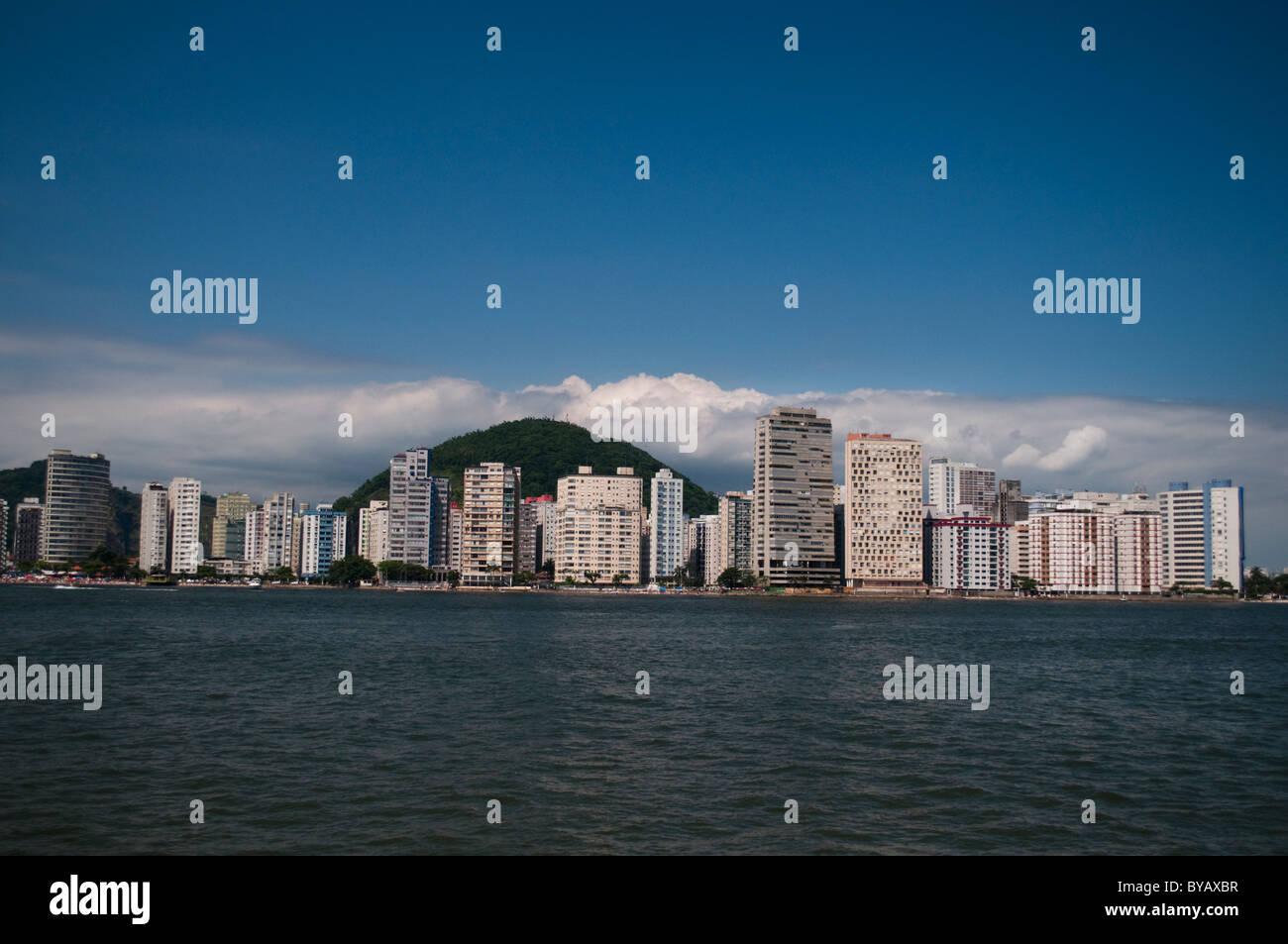 A riva la visualizzazione della linea di edifici di São Vicente, città della costa di stato di São Immagini Stock