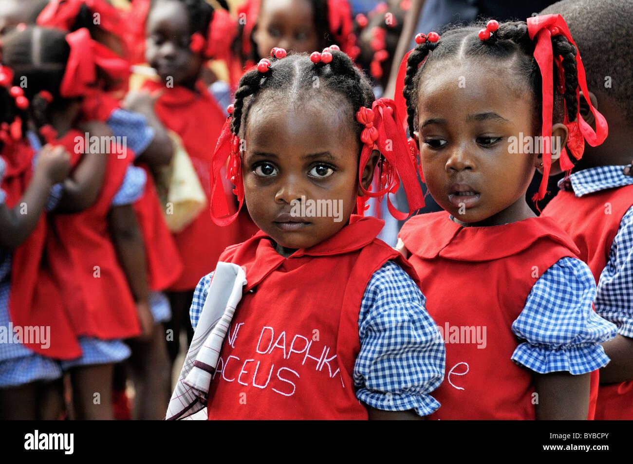 I bambini che indossano uniformi di scuola in una scuola materna a Léogâne, Haiti, dei Caraibi e America Immagini Stock