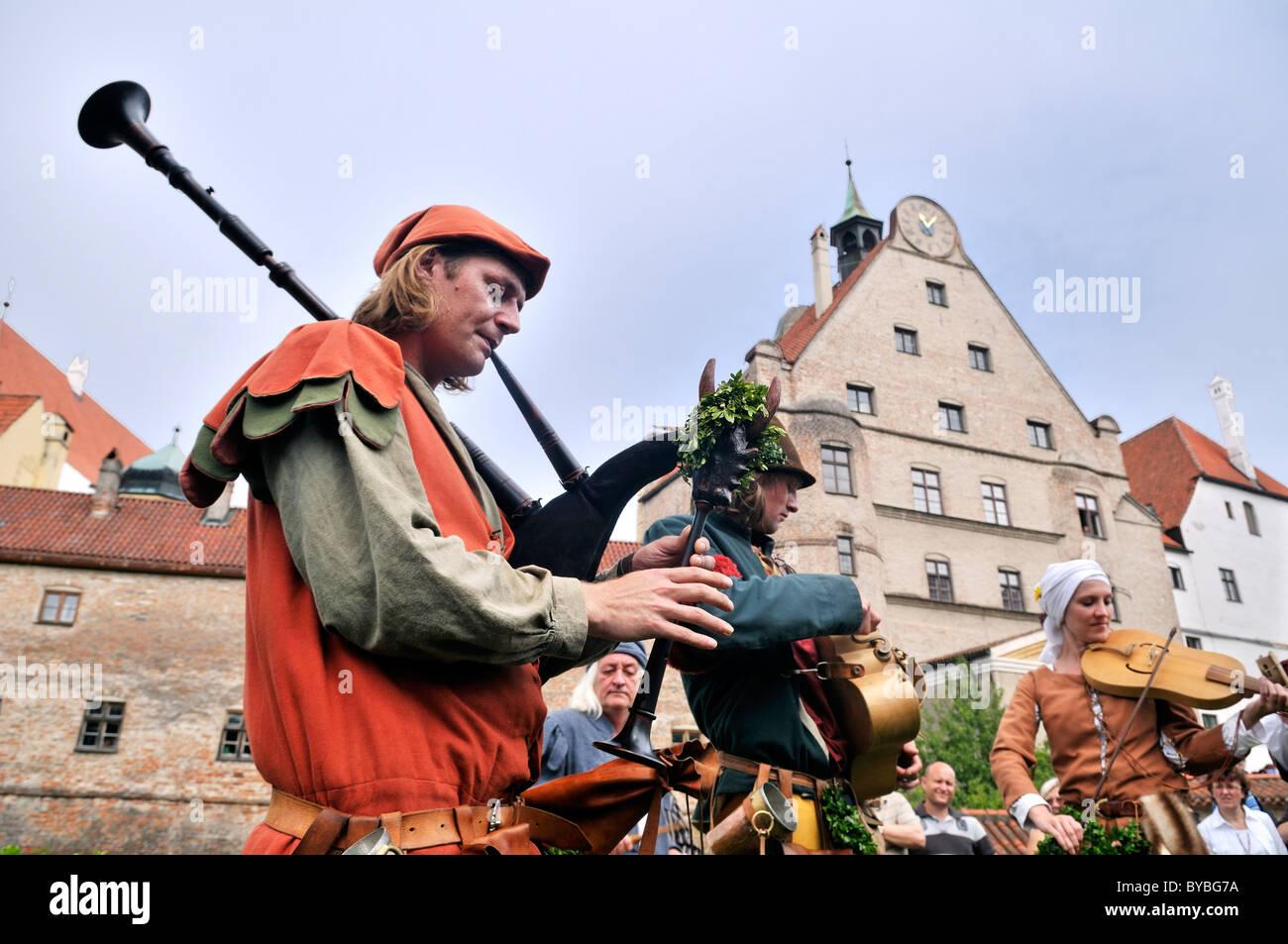 I musicisti suonano strumenti a Landshut Wedding 2009, un grande corteo medievale, Landshut, Bassa Baviera, Baviera Immagini Stock