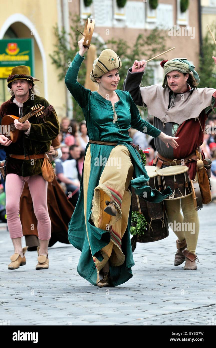 I musicisti suonano strumenti storici a Landshut Wedding 2009, un grande corteo medievale, corteo nuziale, Landshut Immagini Stock