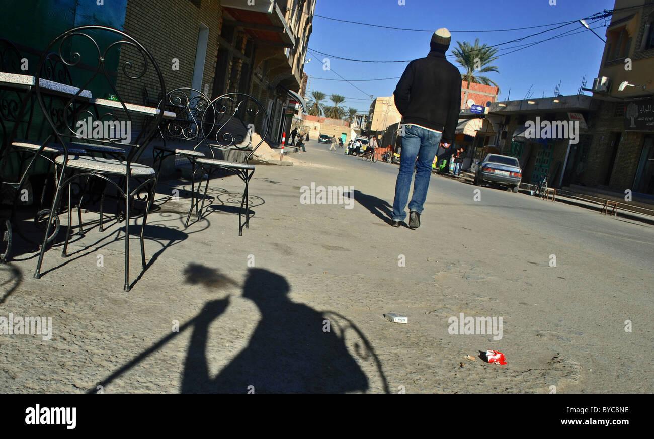 Ombra di un uomo fumare una shisha tubazione in un Cafe a Tozeur, Tunisia Immagini Stock