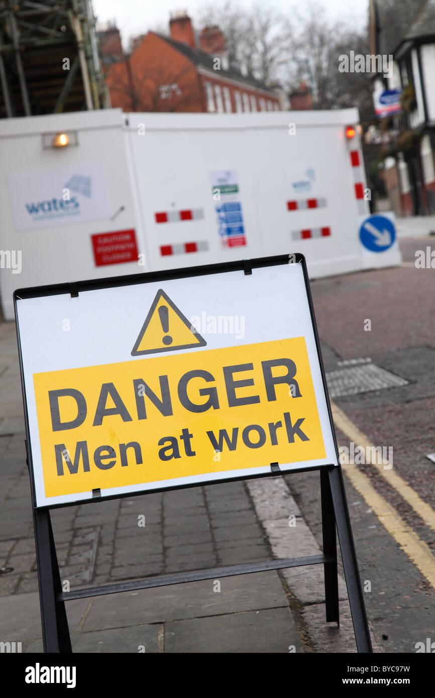 Un segnale di avvertimento su una strada NEL REGNO UNITO. Immagini Stock