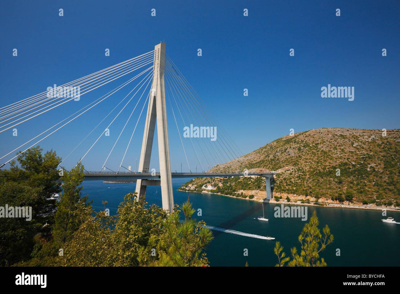 Soggiorno ponte del cavo attraverso una baia vicino a Dubrovnik ...