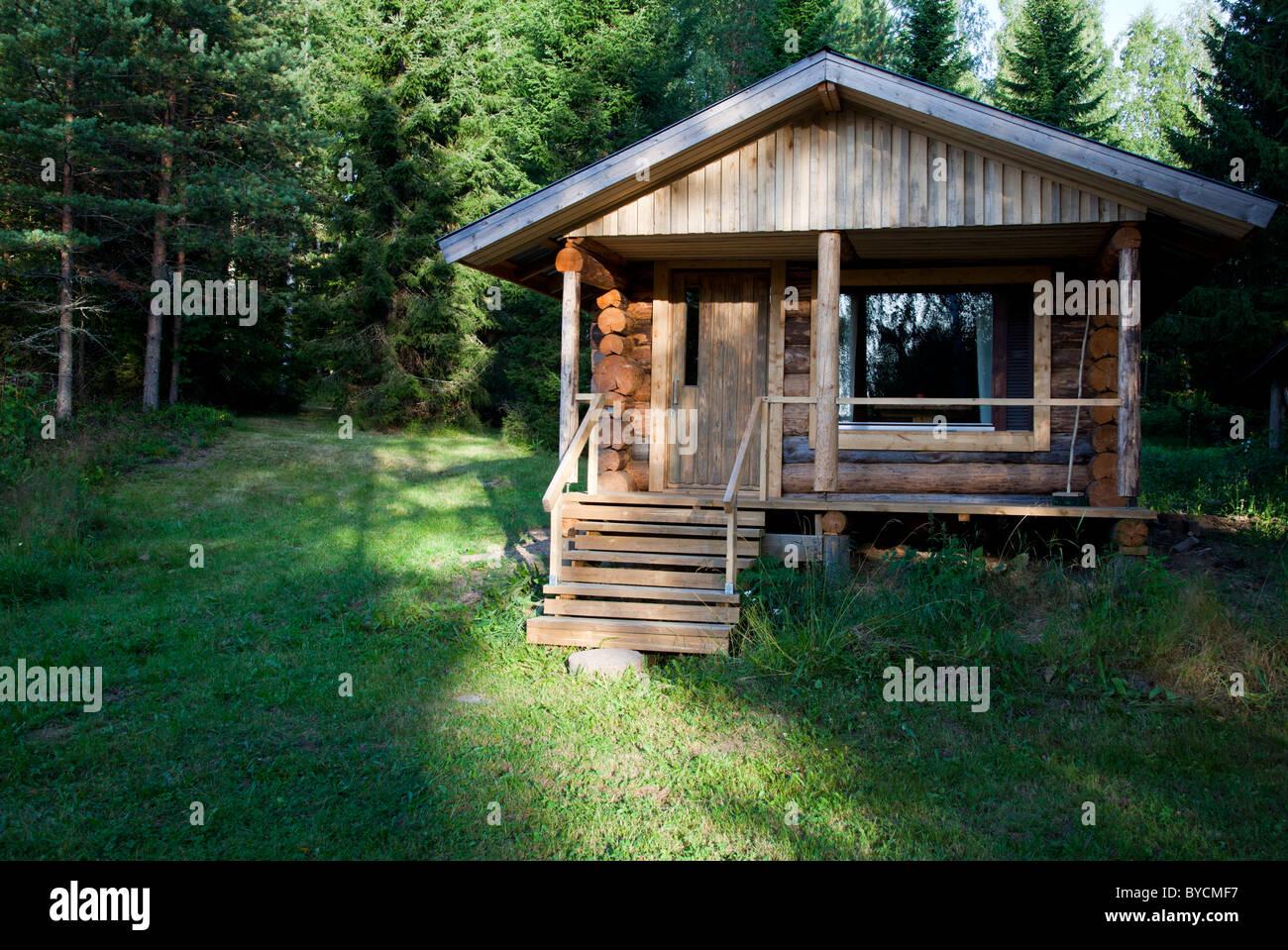 5f5ed5e90f Piccola cabina , fatto di registri di abete , nella foresta , Finlandia