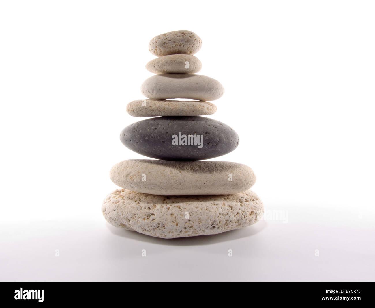 Pietre, equilibrio, su, disposizione, concetti, stabilità, isolato, bianco, stack e zen, ghiaiosa, armonia, tranquilla, Foto Stock