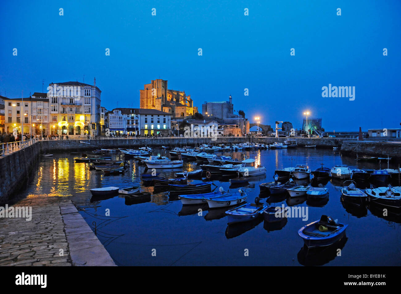Atmosfera serale, porto con barche, Castro Urdiales, Golfo di Biscaglia, Cantabria, Spagna, Europa Foto Stock
