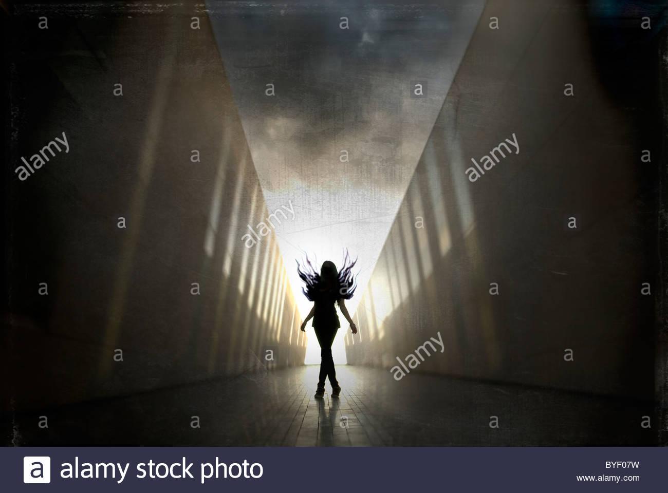 Gioventù Femminile in piedi da solo nel tunnel Immagini Stock