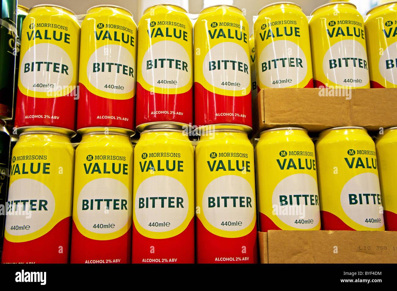 A buon mercato lattine di birra lager economici lattine di birra in un supermercato Morrisons, Regno Unito Immagini Stock