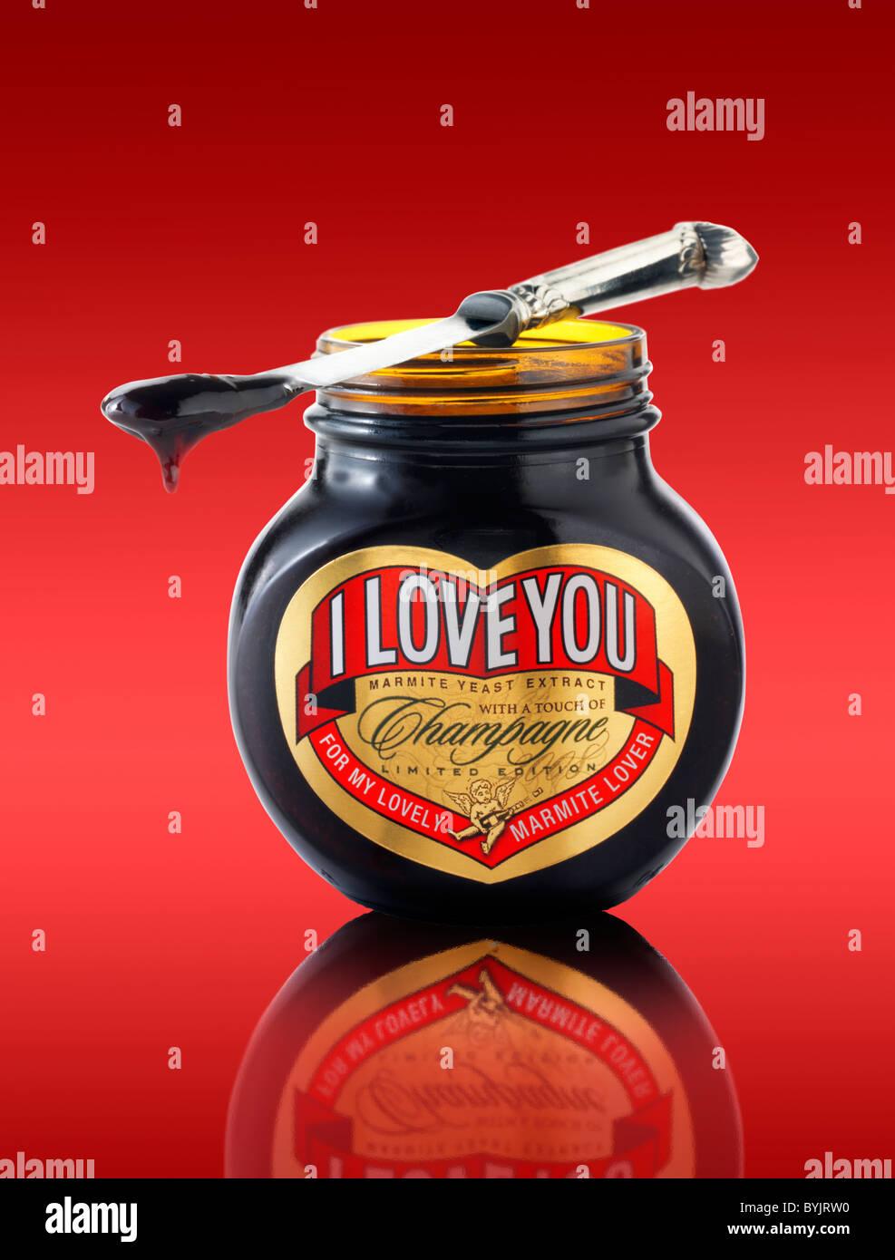 """Barattolo di marmite tradizionale con """"ti amo"""" su etichetta Foto Stock"""