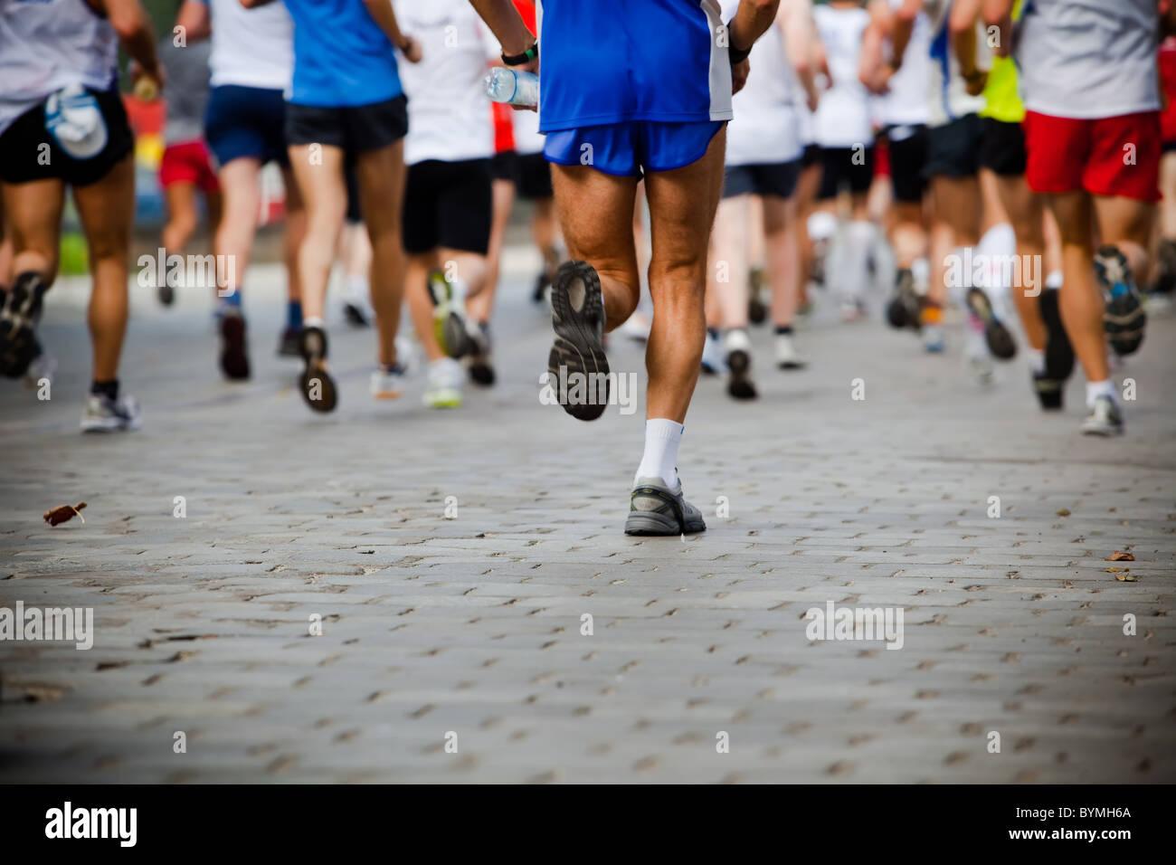 Le persone che eseguono in city marathon Immagini Stock