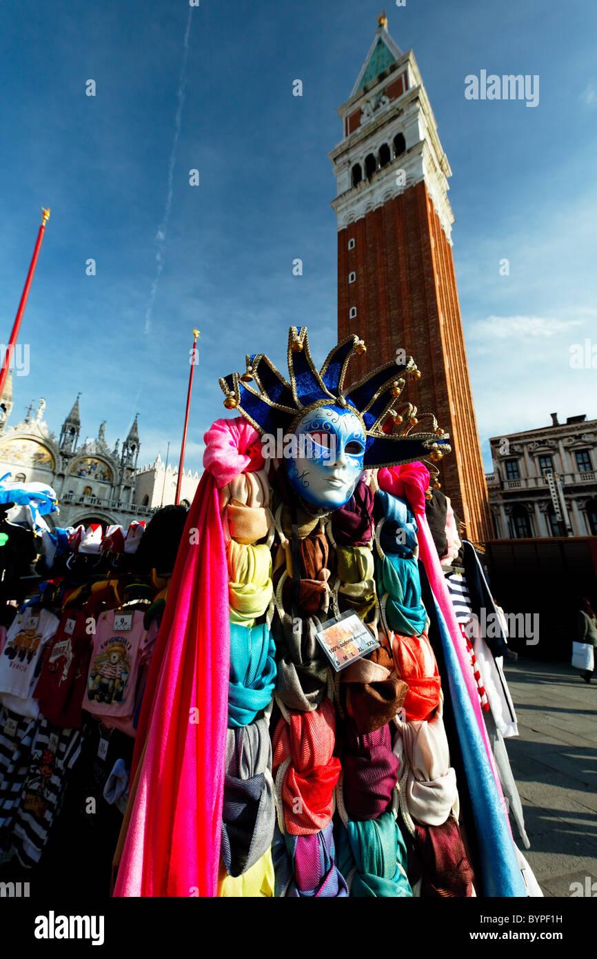 Maschera Veneziana e sciarpe in vendita presso un venditore ambulante, San Marco, Venezia, Italia Immagini Stock