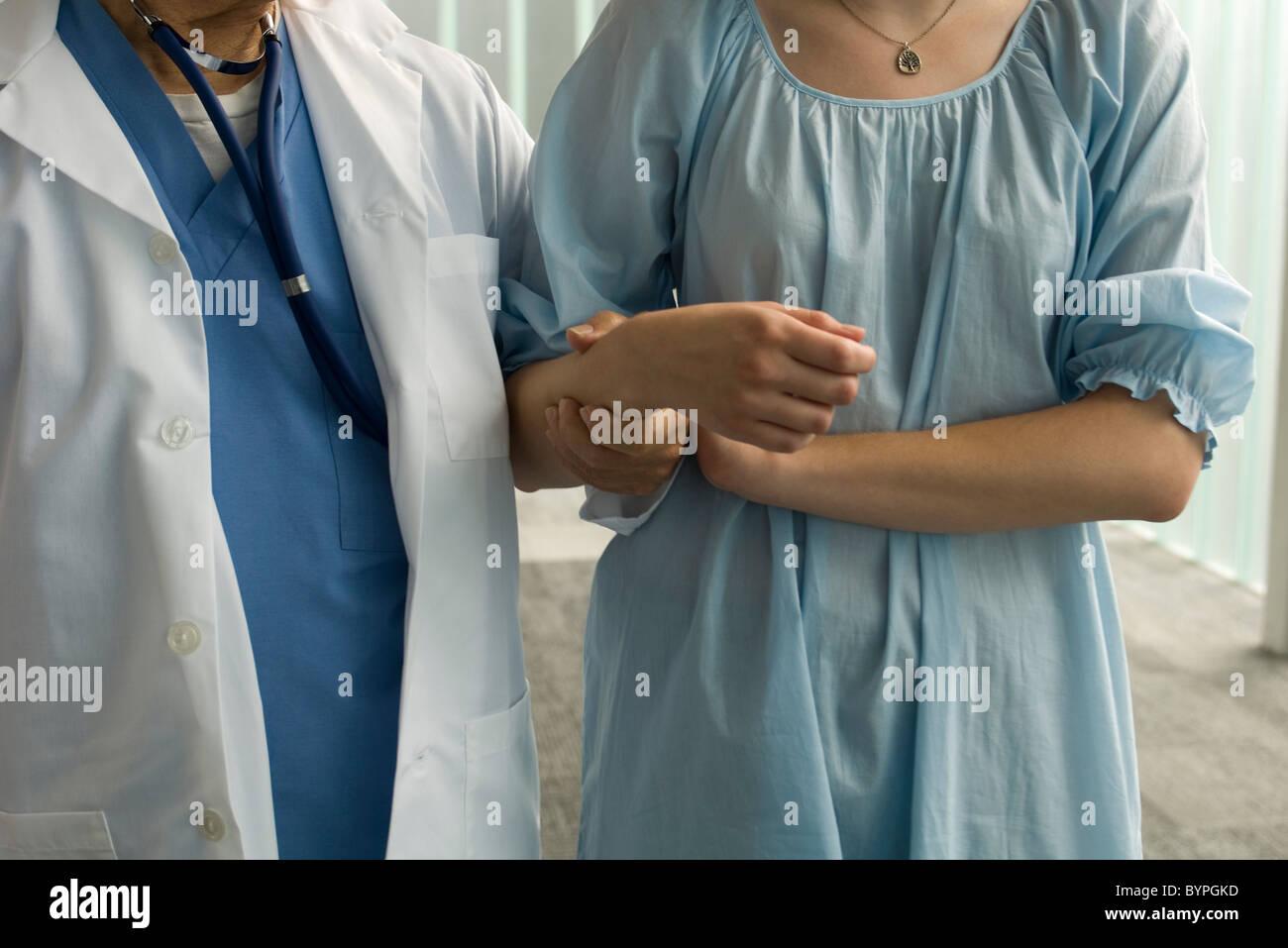 Azienda del paziente su di un infermiere del braccio di supporto Foto Stock
