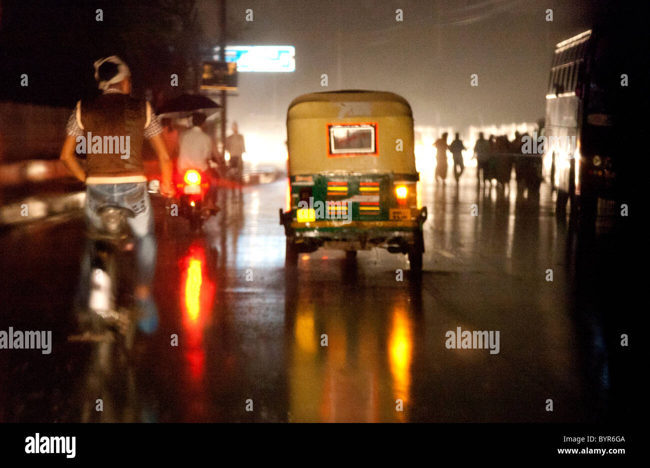India, Uttar Pradesh, Agra vista attraverso il rickshaw parabrezza del monsone di pioggia durante la notte Immagini Stock