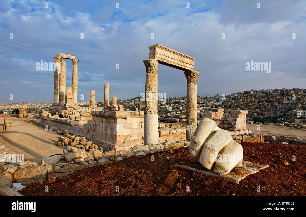 Il Tempio di Ercole e la scultura di una mano nella Cittadella, Amman, Giordania Immagini Stock