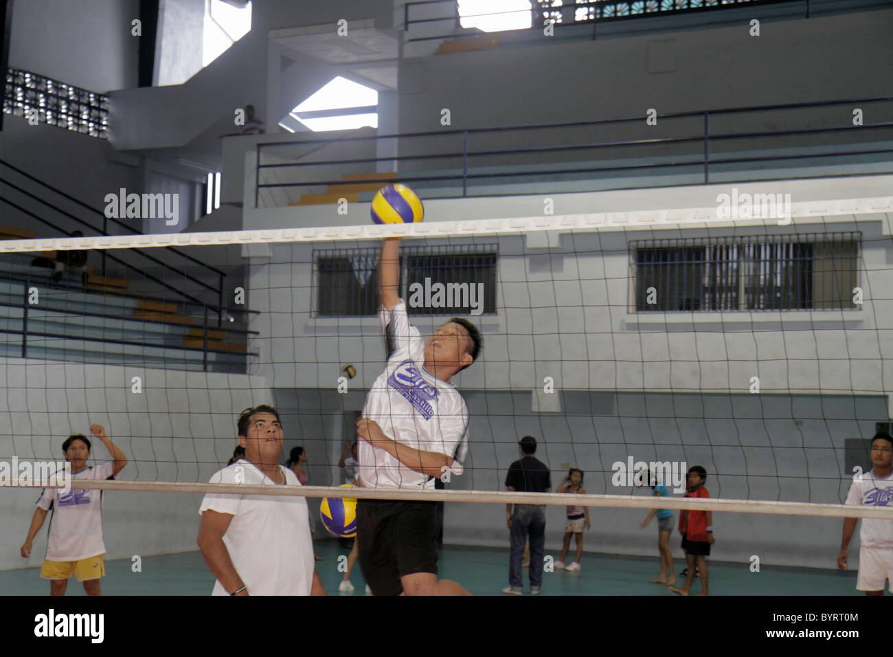 Città di Panama Panama Calidonia pallavolo palestra sport fitness atletica corte net uomo ispanico jumping Immagini Stock