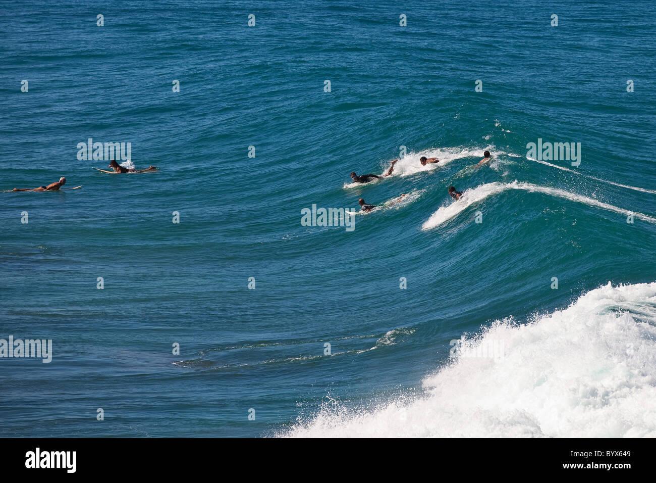 Surfisti a indicatori spiaggia di Rincon, Puerto Rico Immagini Stock