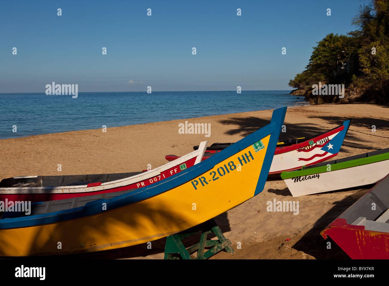 Yolas colorato lungo Crash spiaggia barca Aguadilla Puerto Rico Immagini Stock