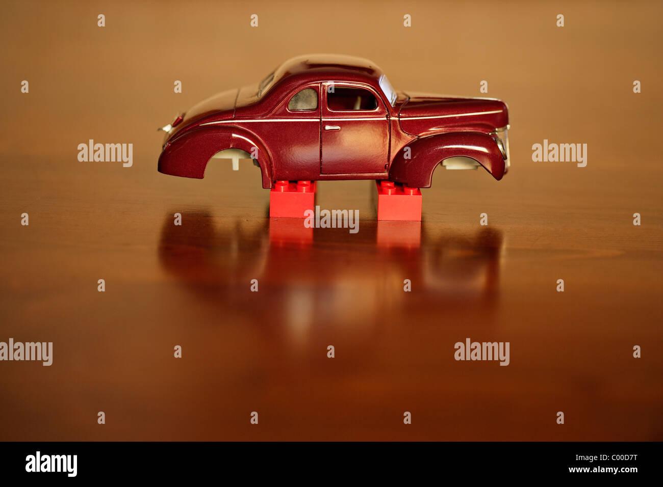 Giocattolo auto su blocchi con ruote rubato Immagini Stock