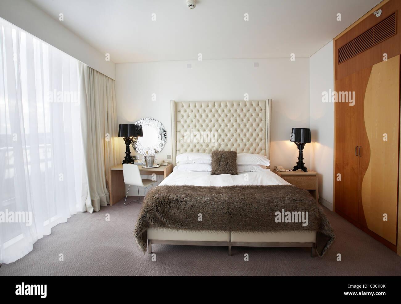 La camera da letto di lusso a st davids hotel cardiff bay for Arredamento hotel lusso