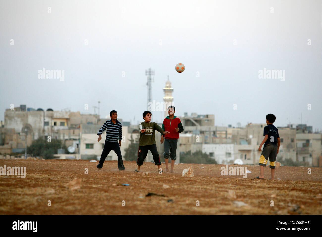 I bambini che giocano a calcio in Madaba, Giordania. Immagini Stock