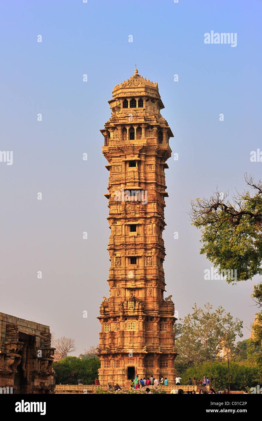 Vittoria torre del XV secolo, di Rajput forte di Chittorgarh, arenaria, raffiguranti scene del Ramayana e il Immagini Stock