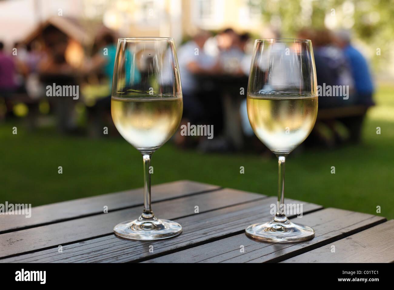 Due bicchieri di vino bianco, stagionale Noiblinger taverna, Weissenkirchen nella valle di Wachau, regione Waldviertel Immagini Stock