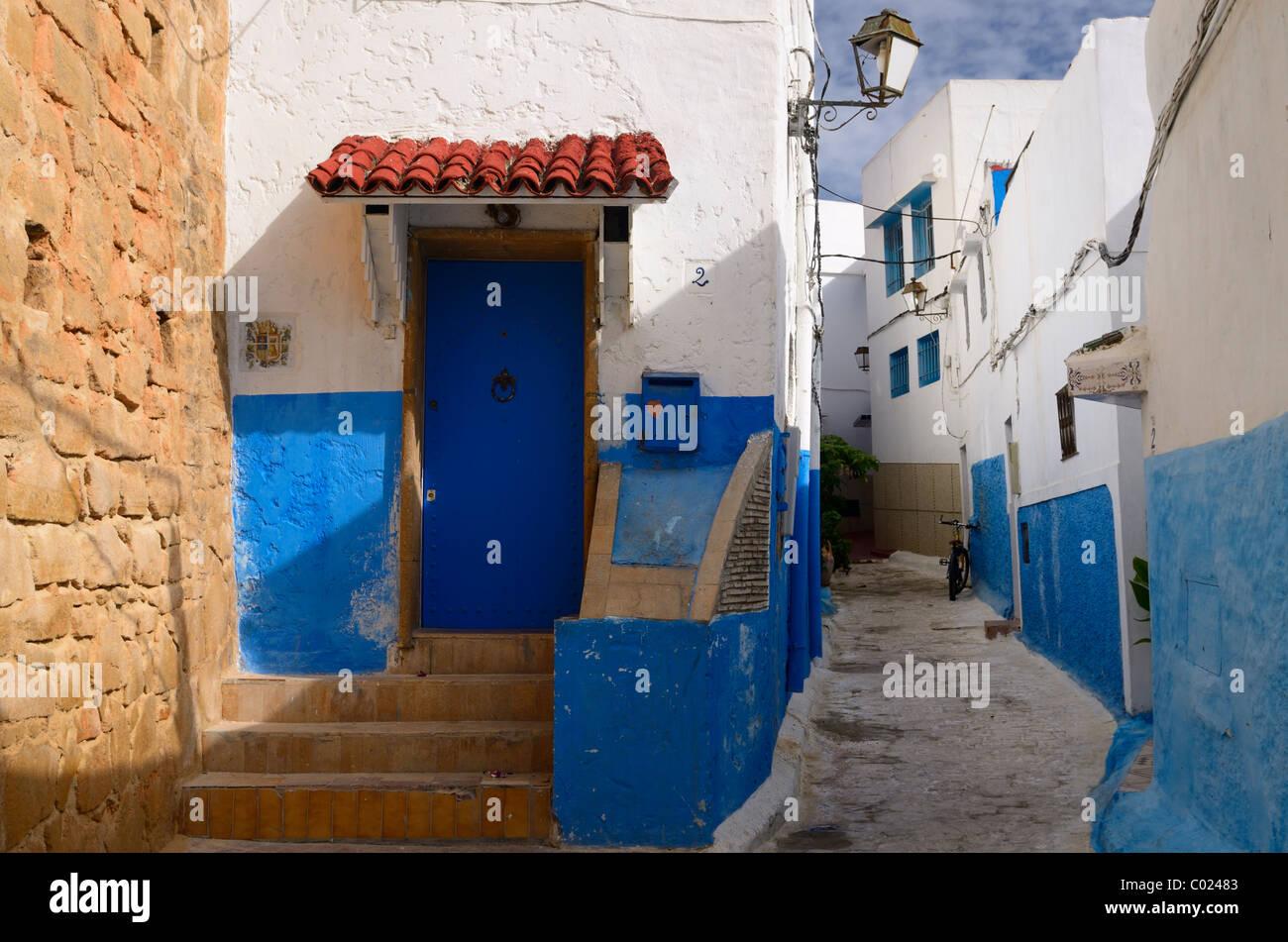 Il blue door finestre e pareti bianche di vicolo di oudaia kasbah Marocco Rabat Immagini Stock