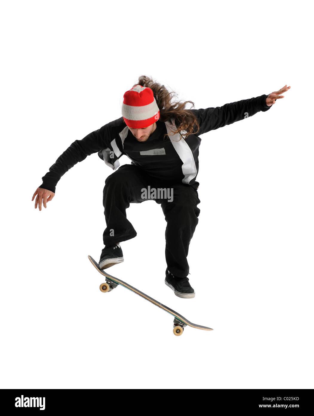 Giovane guidatore di skateboard saltando di eseguire un trick isolate su sfondo bianco Immagini Stock