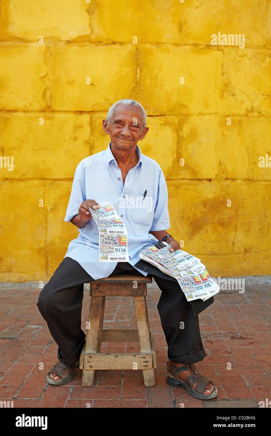 Uomo colombiano la vendita di biglietti del lotto Cartagena Immagini Stock