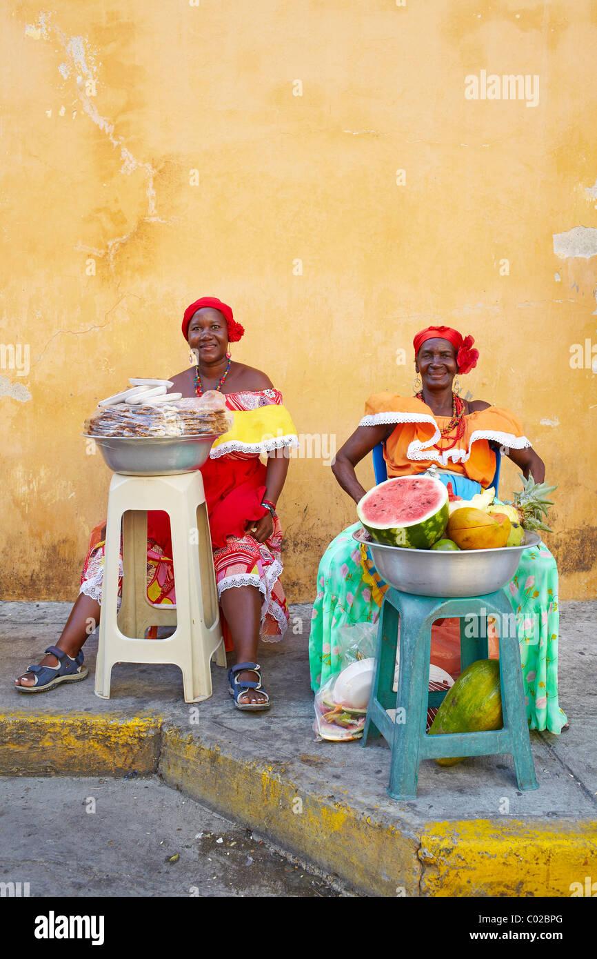 Le donne colombiane per la vendita di frutta, Cartagena, Colombia Immagini Stock