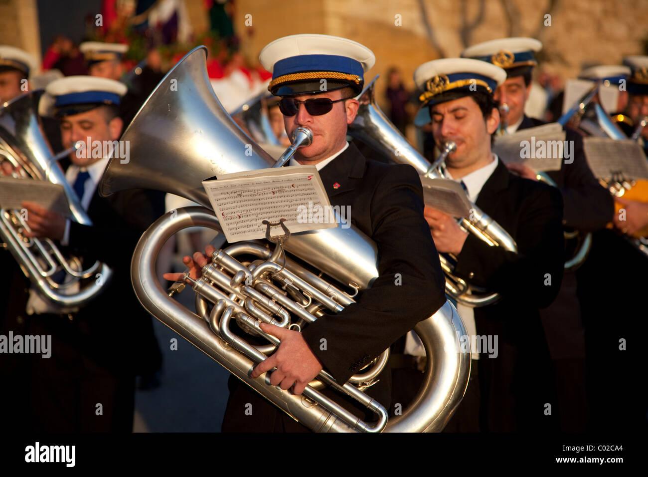 I membri di una banda di ottoni in abiti scuri, riproduci musica durante la street parade che commemora il Venerdì Immagini Stock