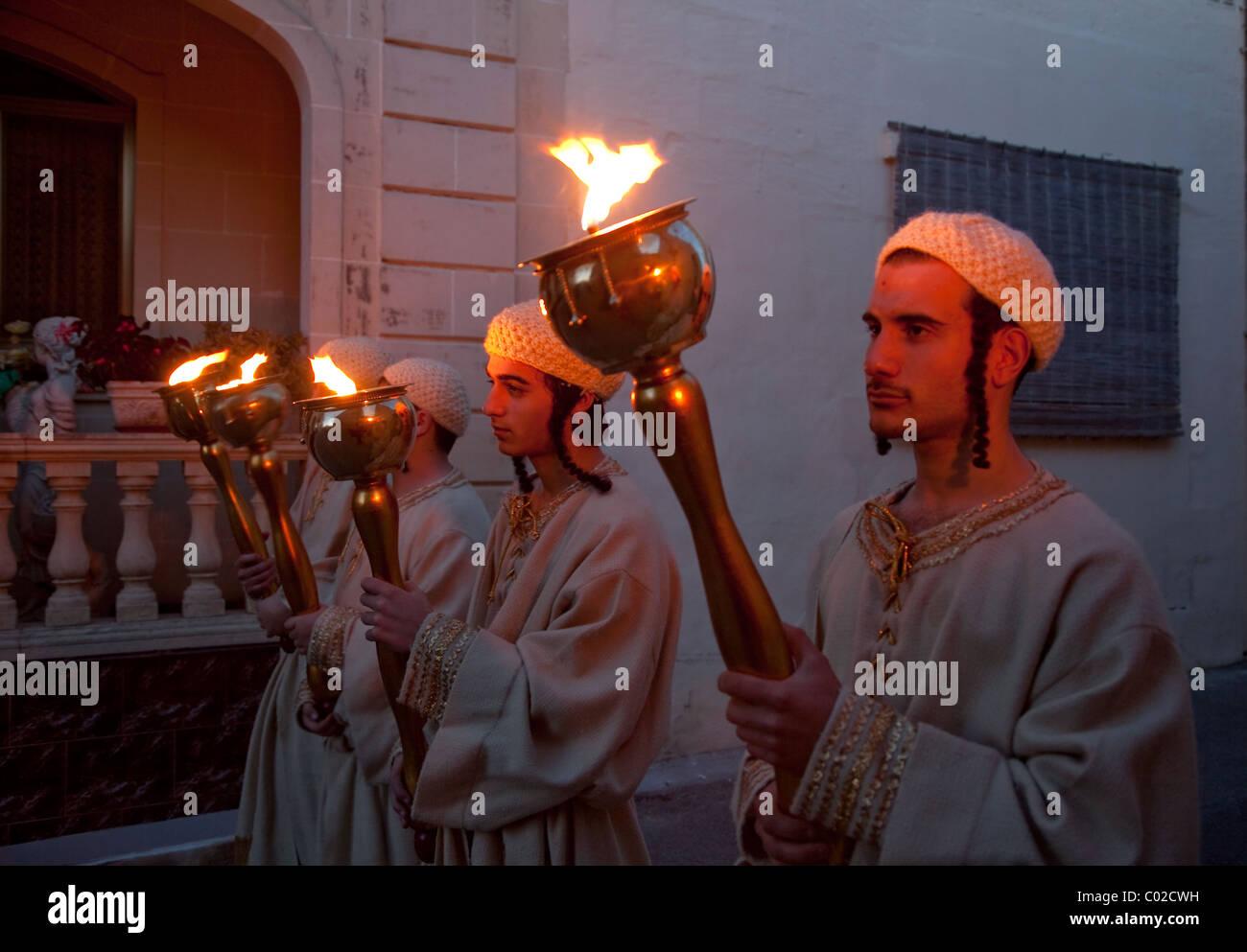 Santo ebraico gli uomini sono rappresentati in street pageantry messo durante il Venerdì Santo in Xaghra in Immagini Stock