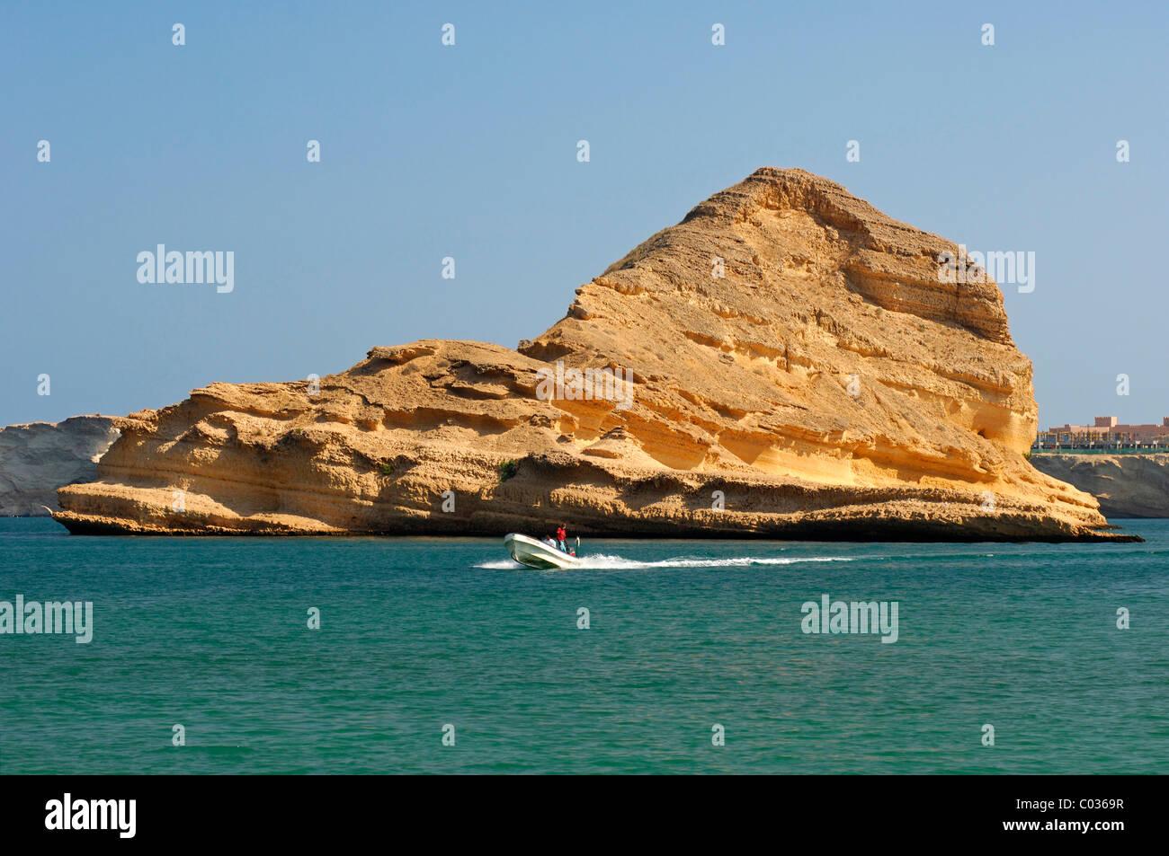 Gita in barca nel pittoresco Barr Al Jissah bay, Golfo di Oman vicino a Muscat, nel Sultanato di Oman, Medio Oriente Immagini Stock