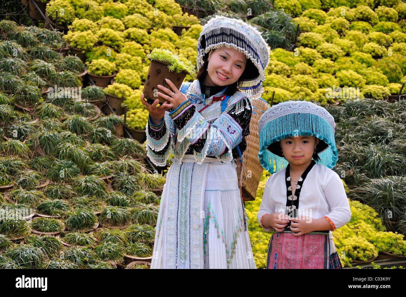 I turisti che indossa un costume tradizionale, Sapa, il Vietnam Asia Immagini Stock