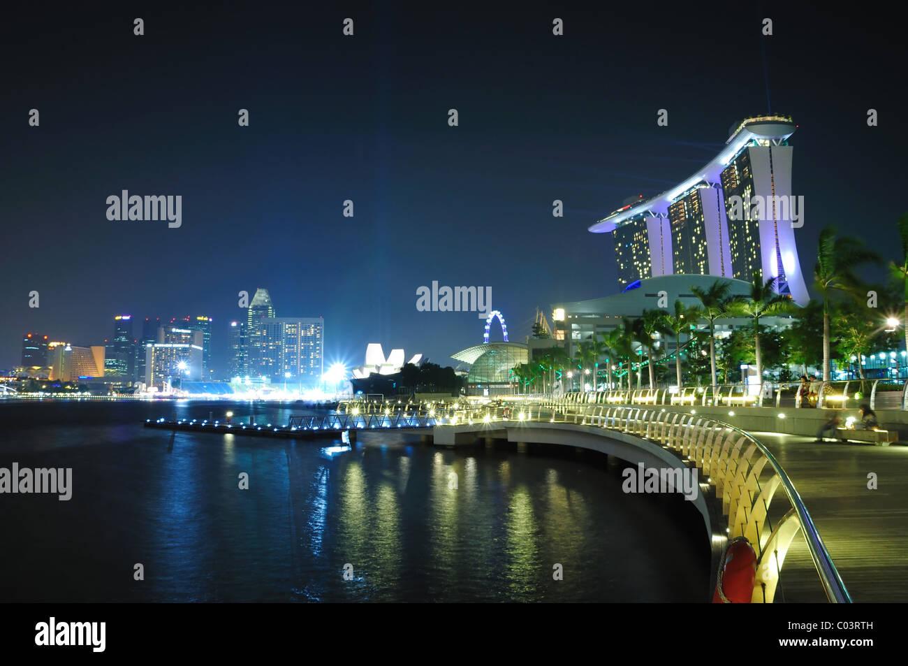 Il Marina Bay Sands Hotel e Resort Integerated come visto dalla baia di Marina promontorio. Immagini Stock