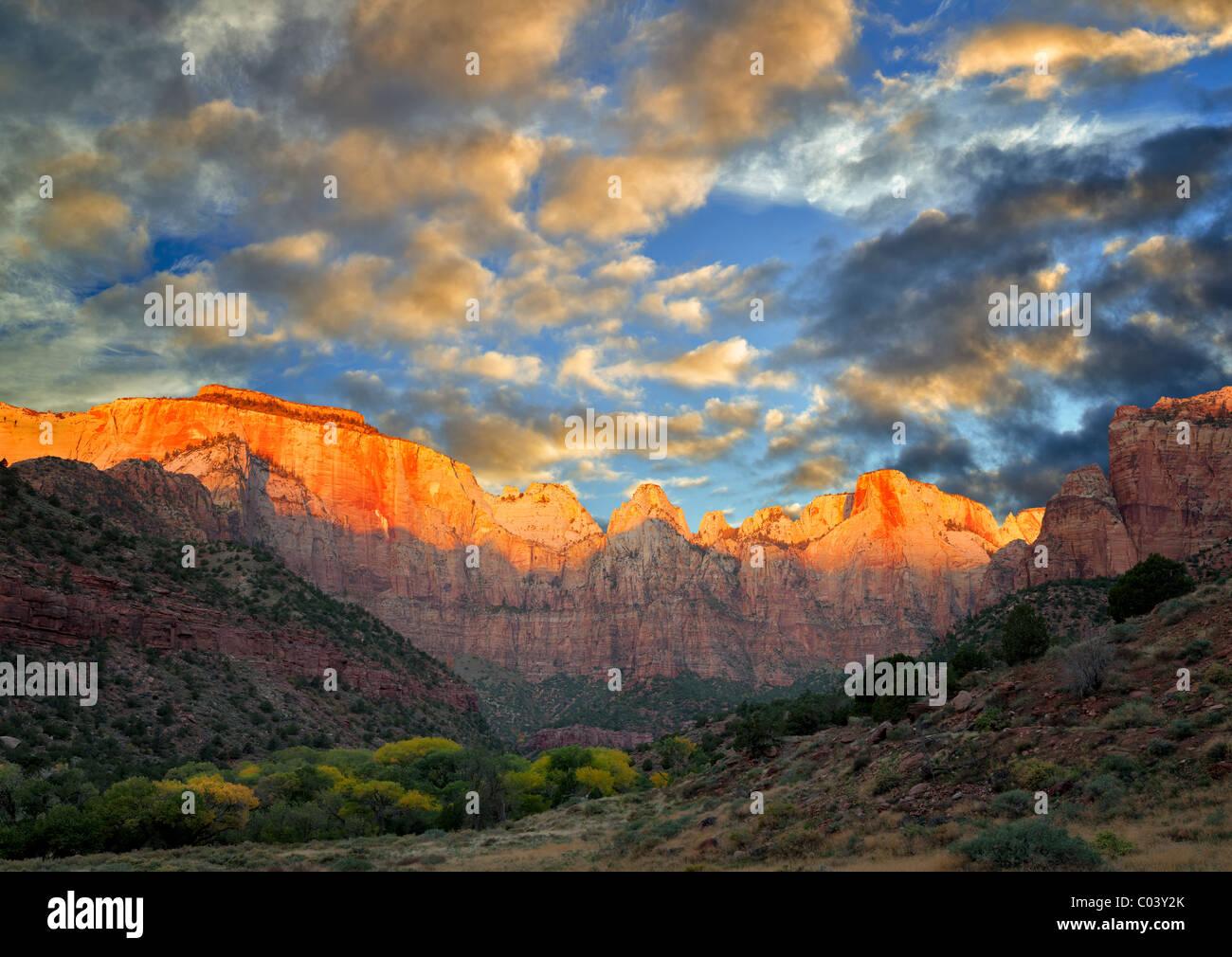 Tempio e torri della Vergine. Parco Nazionale di Zion, Utah. Un cielo è stato aggiunto. Immagini Stock