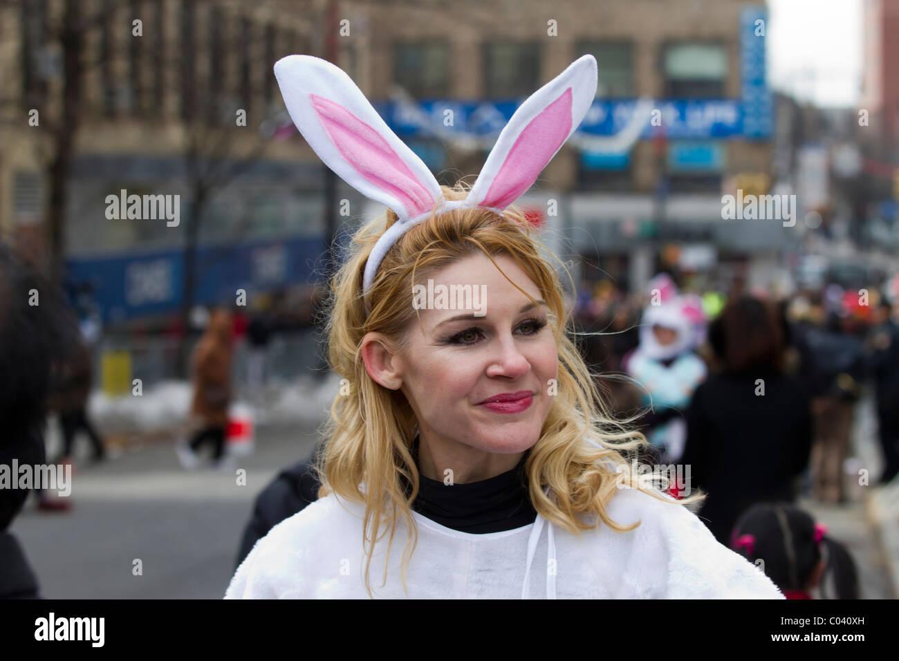 La donna nelle orecchie di coniglio nel 2011 capodanno nuovo anno lunare parade di lavaggio, regine Immagini Stock