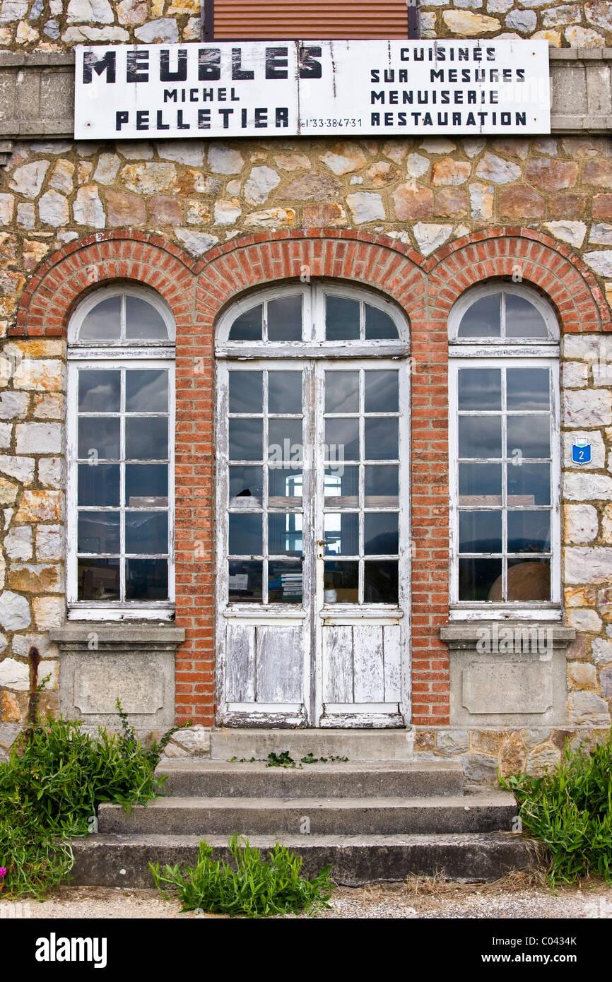Meubles negozio di arredamento in Domfront città medievale, Normandia, Francia Immagini Stock