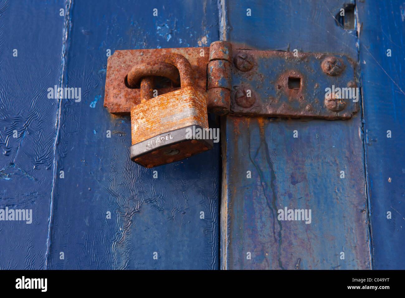 Una chiusura di un lucchetto arrugginito Immagini Stock